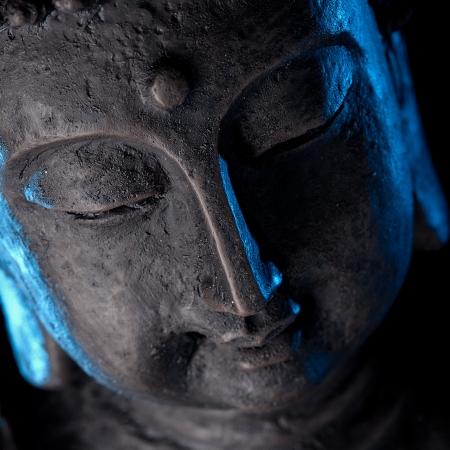 moine: Statue de Bouddha avec une lueur bleue Banque d'images