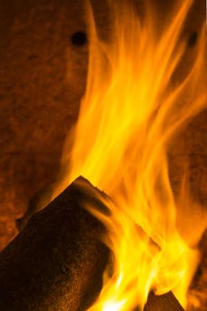 holzbriketts: Schornstein Rauch Feuer Flamme Energie gemütliche Winterabende Brennholzkamin Muster schwarz