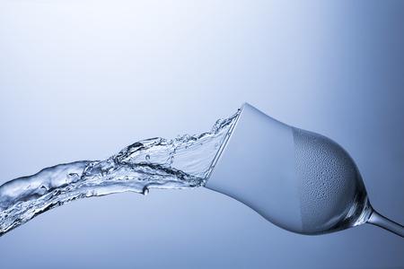 Wijn glas water splash spoelen hygiënische glazen splatter dauwdruppel geschoeid koel drinkwater Stockfoto
