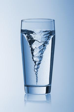 acqua bicchiere: acqua di vetro tempesta tornado twister typhoon vortice di acqua potabile fresca flusso rotazionale h2o