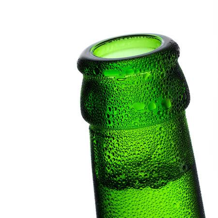 Bierflasche Engpass Blasen Kondenswasser tropft Tau Grün kühl Brauerei Disco Sommerfest Standard-Bild