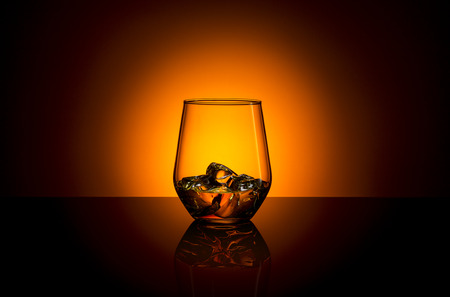Whisky glas drank bourbon ijs rotsen schotland alcoholische geest tennessee Stockfoto - 26712504