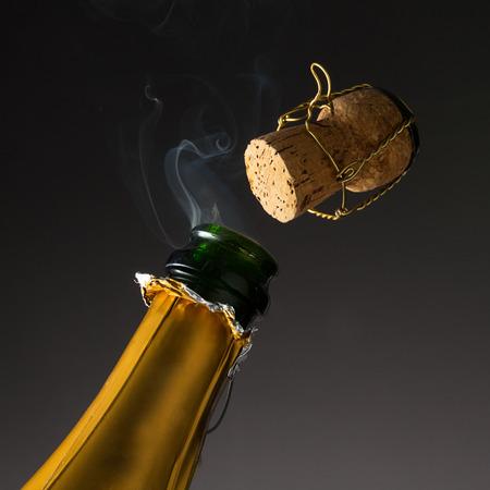 champagne fles met knallende kurk op oudejaarsavond