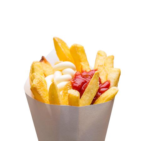 salsa de tomate: bolsa de patatas fritas patatas con salsa de tomate y mayonesa aislados en fondo blanco