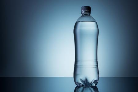 agua grifo: botella de plástico de agua mineral