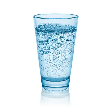 ガラスは、白い背景で隔離の炭酸水 写真素材