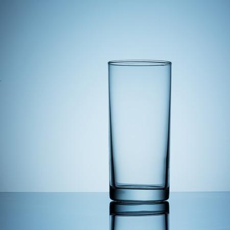 tomando agua: vaso vac�o de agua de la bebida Foto de archivo