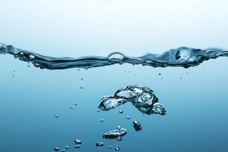 Wasseroberfläche mit Luftblasen Standard-Bild