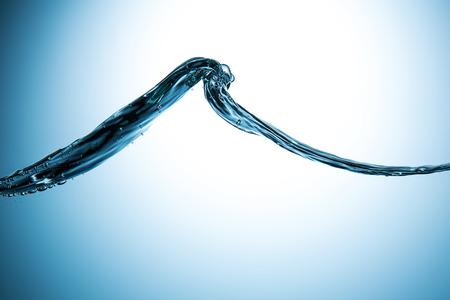 granola: gran ola de agua sobre fondo azul degradado Foto de archivo