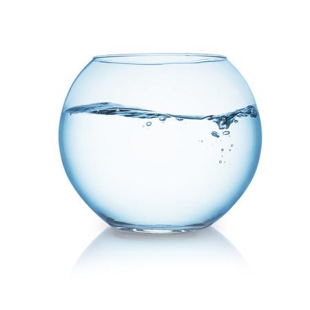 peces de colores: pecera con olas de agua aislados en blanco