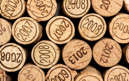 corcho: Un grupo de corchos de vino con nummbers años. Tomado en estudio con una marca 5D III. Foto de archivo
