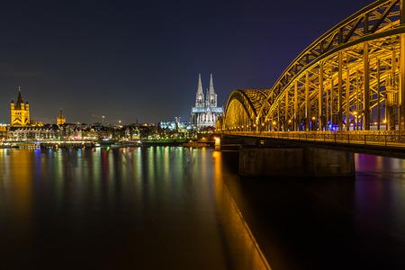 dom: Vue de la cathédrale de Cologne et le pont Hohenzollern la nuit