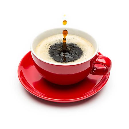 赤コーヒー カップ滴分離カップ ホワイト バック グラウンドに落ちる 写真素材