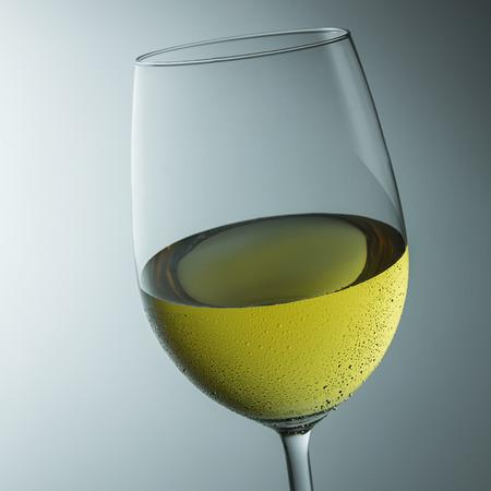 condensation: copa fría de vino blanco con gotas de condensación Foto de archivo