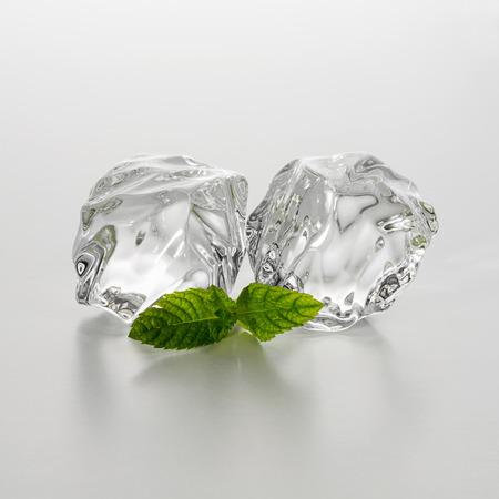 cubos de hielo: grupo de dos trozos de hielo con hoja de menta Foto de archivo
