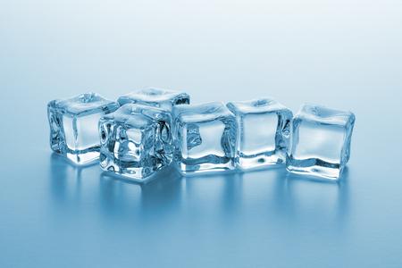 roep van koude heldere ijsblokjes Stockfoto