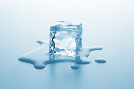 cubos de hielo: cubo de hielo se está derritiendo frío con gotas de agua Foto de archivo