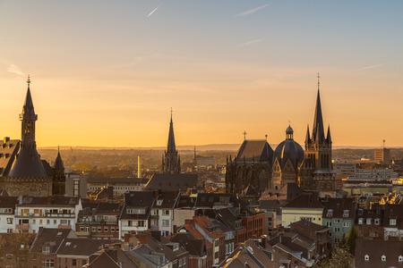 Een zicht op de skyline van de stad Aken met kathedraal en stadhuis op de ochtend zonsondergang