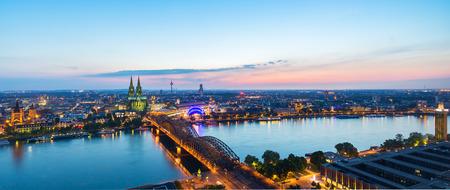 ドイツで夕暮れ時のケルン市
