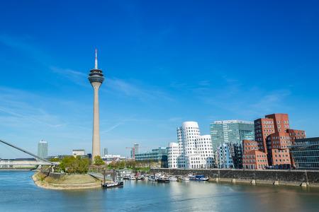 Skyline van de stad Düsseldorf in Duitsland in de zomer