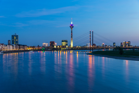 ドイツの夜デュッセルドルフのスカイラインの眺め
