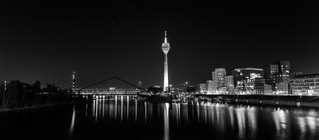 MediaHarbor in Dusseldorf bij nacht in zwart-witte kleuren Stockfoto