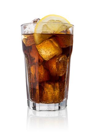 gaseosas: copa de Coca Cola con cubitos de hielo y rodaja de limón aisladas sobre fondo blanco