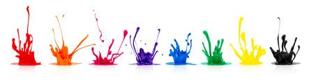 imprenta: línea de colores de pintura salpica sobre fondo blanco