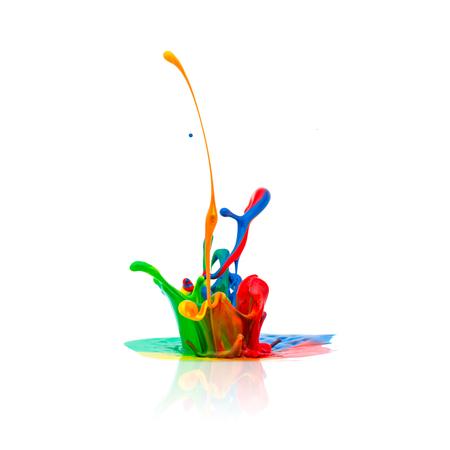 splash van kleurrijke olieverf op wit wordt geïsoleerd