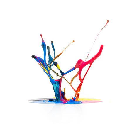 Plons van de verf in CMYK kleuren Kleurrijke op een witte achtergrond Stockfoto