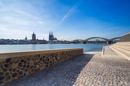 Rijn Boulevard in Keulen deutz van de kathedraal en Hohenzollern brug bij de lente Stockfoto
