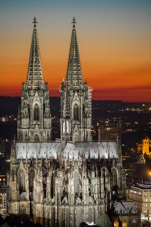 夕暮れ時のケルン大聖堂