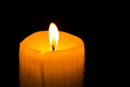 esoterismo: luz de la vela amarilla Foto de archivo