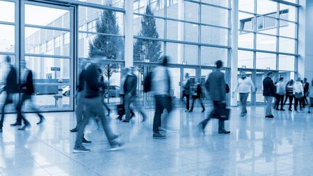 valise voyage: FLOUES gens d'affaires foule lors d'une exposition Banque d'images