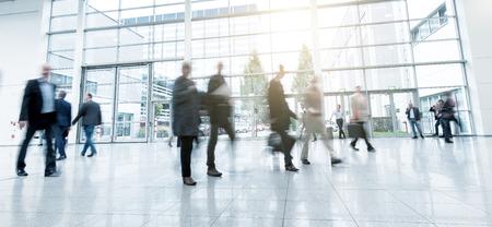 les gens floues à pied dans une salle moderne d'une exposition Banque d'images