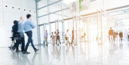 Les gens d'affaires floues lors d'une foire commerciale Banque d'images