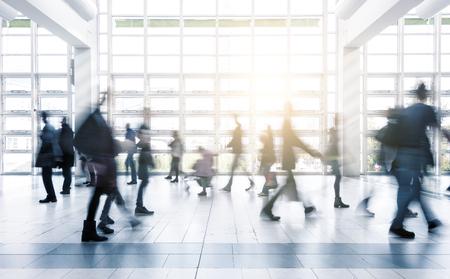Unscharfe Geschäftsleute auf einer Messe zu bewegen
