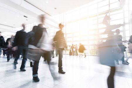 Imagen abstracta de personas caminando en una sala moderna Foto de archivo