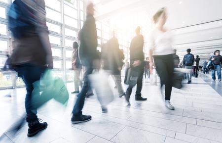 ショッピング モールの動きでぼやけている人々 のぼかし
