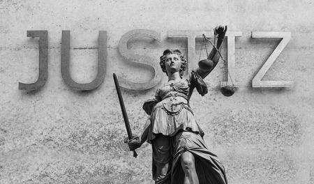 正義 (Justitia) の女性