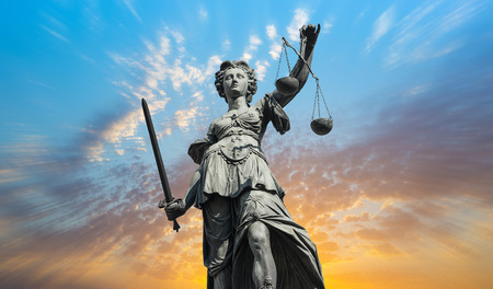 Justitia dame met bewolkte hemel zonsondergang Stockfoto