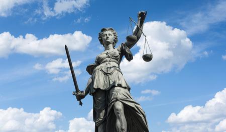 像の女性正義 (Justitia) ドイツのフランクフルトで