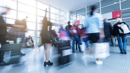 verschwommen Internationale Fachmesse Besucher zu einer Konferenz zu Fuß