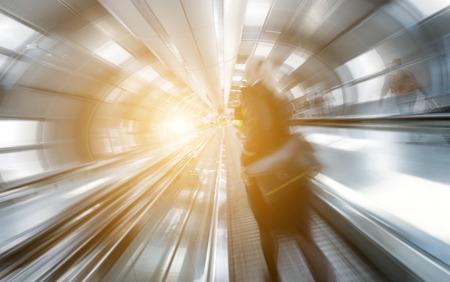 exposición: Borrosa las mujeres de negocios en un aeropuerto