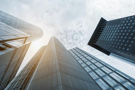 Fachada de rascacielos azul y edificios de oficinas modernos con vidrio