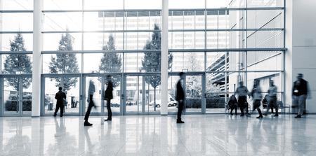 ビジネス センター ・ ロビーを歩いてぼやけた人々 のグループ 写真素材