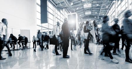 Unscharfe Geschäftsleute an einer internationalen Messe Halle