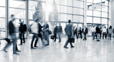 Internationale vakbeurs bezoekers lopen op een moderne verdieping Stockfoto - 67064718