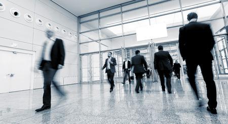 Business-Besucher auf einer internationalen Fachmesse Standard-Bild - 66976670