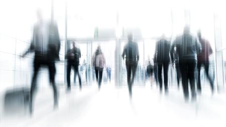Immagine abstakt di uomini d'affari in una hall con uno sfondo sfocato Archivio Fotografico - 72732486